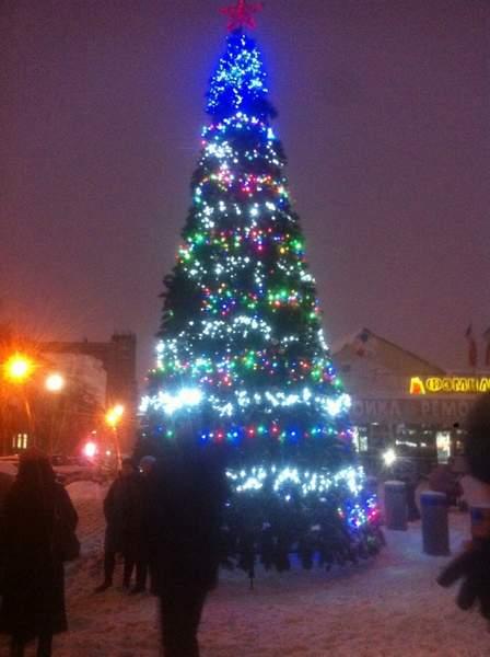 Та же елка в вечернее время суток - Новосибирск