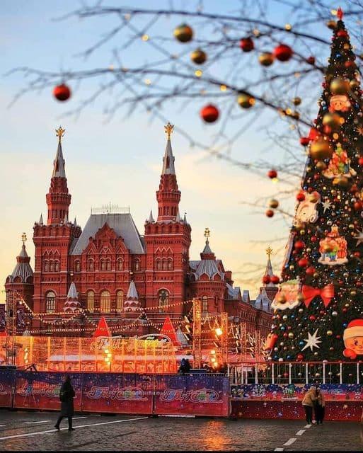 من قلب الميدان الأحمر في موسكو ، تتواصل الاستعدادات على قدم وساق لاستقبال العام الجديد 2021
