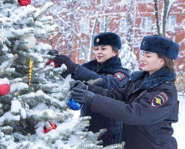 Russian policewomen decorating the Christmas tree ...